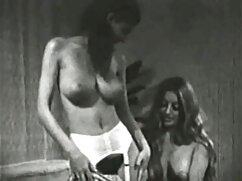 Egy fiatal férfi, Szőke sokoldalú az osztályteremben az osztálytársaival. Az ember nyalogatja tanuló vagina lelkes, majd válassza ki a megjelenés egy nagy hely tele irritáció. Gyönyörű nő nyög, eléri az orgazmust, ejakulátum a szűz leszbik szájába.